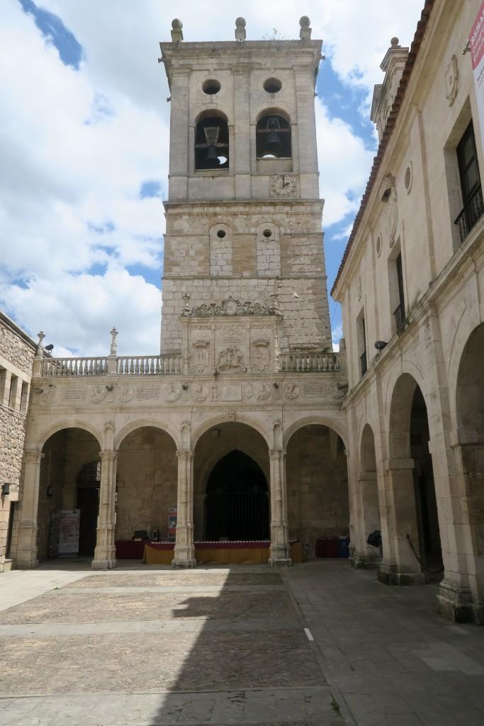 Hospital del Rey. Patio de los Romeros y torre de la Iglesia